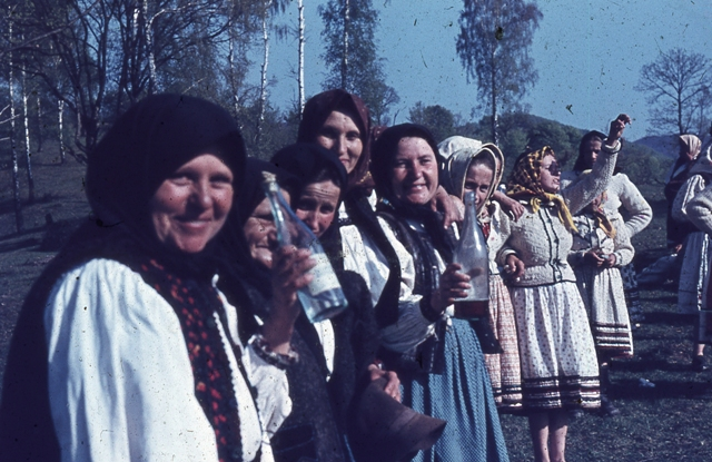 Image 15 MAPd-3573 | Women from Oaș, coloured slide, 3 × 4 cm, taken in 1964. Photographer: Tancred Bănățeanu. Folk Art Museum (MAP) collection