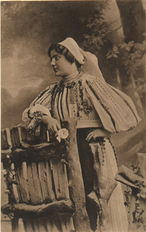 Image 3 Girl from Săliște in folk clothes, Săliștea Sibiului, 9 × 14 cm, early 20th century. Photographer: Fischer Emil