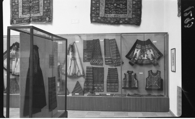 "The Museum of Folk Art: aspects from the museum halls – view from the textile and folk clothes hall, artifacts originating from Oltenia, 6 × 9 cm, registered on the 17th of November 1954. Photographer: Studio ""Stătescu"". Folk Art Museum (MAP) collection"